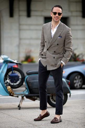 Trend da uomo in estate 2020: Potresti indossare un blazer doppiopetto grigio e chino blu scuro per un look da sfoggiare sul lavoro. Sfodera il gusto per le calzature di lusso e opta per un paio di mocassini eleganti in pelle marrone scuro. Una buona idea per essere molto elegante in questi mesi estivi!