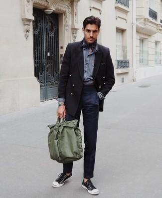 Come indossare e abbinare un blazer doppiopetto nero: Abbina un blazer doppiopetto nero con chino blu scuro per un abbigliamento elegante ma casual. Per un look più rilassato, scegli un paio di sneakers basse di tela nere e bianche.