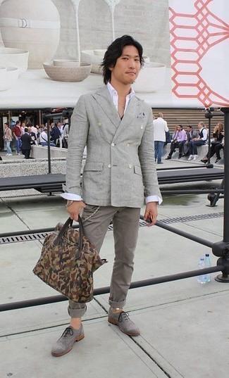 Come indossare e abbinare una camicia a maniche lunghe bianca: Vestiti con una camicia a maniche lunghe bianca e chino grigi per vestirti casual. Completa il tuo abbigliamento con un paio di scarpe brogue in pelle scamosciata grigie.