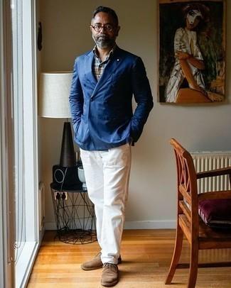 Trend da uomo 2020 in estate 2021: Opta per un blazer doppiopetto blu e chino bianchi se preferisci uno stile ordinato e alla moda. Scegli un paio di scarpe derby in pelle scamosciata marroni come calzature per dare un tocco classico al completo. Una eccellente idea per essere molto elegante e alla moda anche in questi mesi estivi.