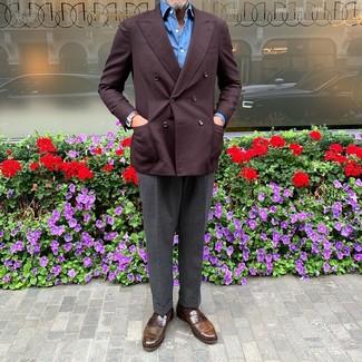 Come indossare e abbinare: blazer doppiopetto bordeaux, camicia a maniche lunghe blu, pantaloni eleganti grigio scuro, mocassini eleganti in pelle marroni