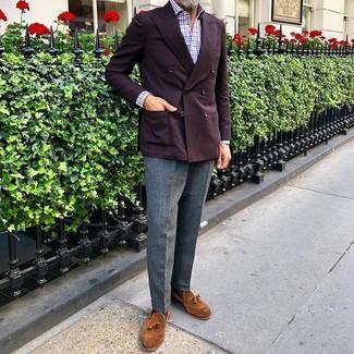 Come indossare e abbinare: blazer doppiopetto bordeaux, camicia a maniche lunghe a quadretti bianca e rossa e blu scuro, pantaloni eleganti di lana grigi, mocassini con nappine in pelle scamosciata terracotta
