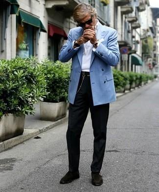 Come indossare e abbinare calzini neri: Punta su un blazer doppiopetto azzurro e calzini neri per un look trendy e alla mano. Rifinisci il completo con un paio di scarpe monk in pelle scamosciata marrone scuro.