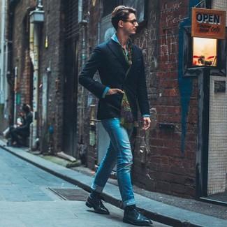 Come indossare e abbinare: blazer doppiopetto nero, camicia di jeans blu, jeans aderenti blu, scarpe derby in pelle nere