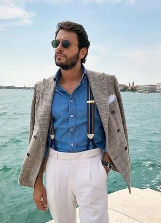 Come indossare e abbinare: blazer doppiopetto scozzese grigio, camicia di jeans blu, pantaloni eleganti bianchi, fazzoletto da taschino bianco
