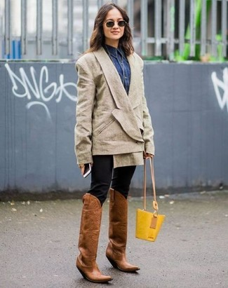 Come indossare e abbinare: blazer doppiopetto beige, camicia di jeans blu scuro, pantaloni skinny neri, stivali da cowboy in pelle marroni