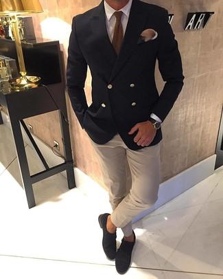 Come indossare e abbinare: blazer doppiopetto nero, camicia elegante bianca, camicia elegante beige, scarpe double monk in pelle scamosciata marrone scuro