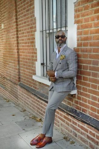 Come indossare e abbinare: blazer doppiopetto scozzese grigio, camicia elegante bianca, chino grigi, mocassini con nappine in pelle terracotta