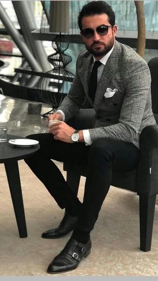 Come indossare e abbinare: blazer doppiopetto scozzese grigio, camicia elegante bianca, chino neri, scarpe double monk in pelle nere