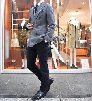Come indossare e abbinare: blazer doppiopetto scozzese grigio, camicia elegante a righe verticali bianca e blu, chino neri, scarpe derby in pelle nere