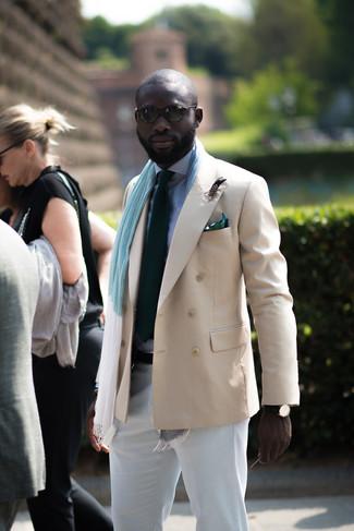 Come indossare e abbinare: blazer doppiopetto beige, camicia elegante a quadretti bianca e blu scuro, chino bianchi, cravatta verde scuro