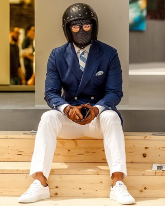Come indossare e abbinare: blazer doppiopetto blu scuro, camicia elegante bianca, chino bianchi, sneakers basse bianche