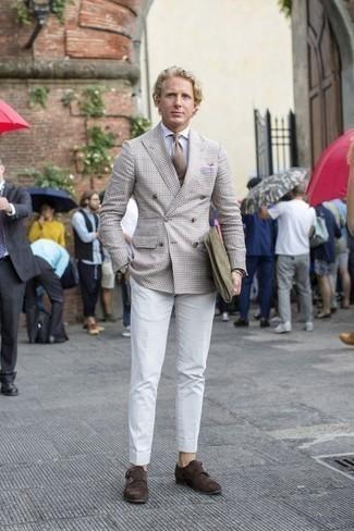Come indossare e abbinare una cravatta marrone chiaro: Vestiti con un blazer doppiopetto beige e una cravatta marrone chiaro come un vero gentiluomo. Mettiti un paio di scarpe double monk in pelle scamosciata marrone scuro per avere un aspetto più rilassato.