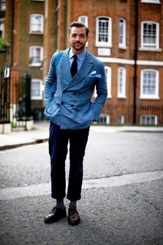 Trend da uomo 2020: Metti un blazer doppiopetto blu e chino blu scuro per essere elegante ma non troppo formale. Un paio di scarpe derby in pelle bordeaux darà un tocco di forza e virilità a ogni completo.