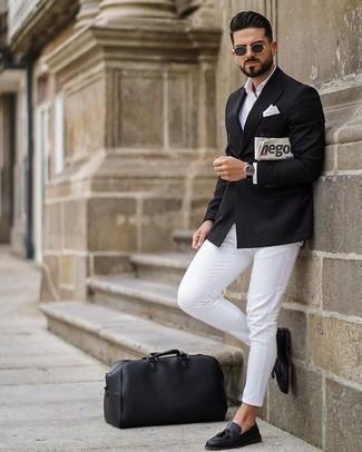 Come indossare e abbinare un blazer doppiopetto nero: Una combinazione smart casual di un blazer doppiopetto nero e chino bianchi si rivela adatta in molte occasioni diverse. Opta per un paio di mocassini con nappine in pelle neri per un tocco virile.