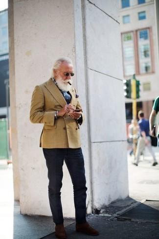 Come indossare e abbinare una cravatta stampata blu scuro: Potresti abbinare un blazer doppiopetto marrone chiaro con una cravatta stampata blu scuro per una silhouette classica e raffinata Per distinguerti dagli altri, opta per un paio di chukka in pelle scamosciata marroni.