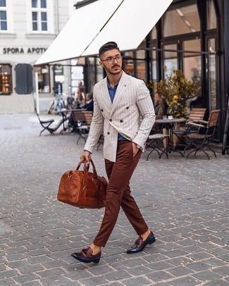 Come indossare e abbinare chino marroni: Opta per un blazer doppiopetto a righe verticali bianco e chino marroni per un look da sfoggiare sul lavoro. Scegli uno stile classico per le calzature e mettiti un paio di mocassini con nappine in pelle bordeaux.