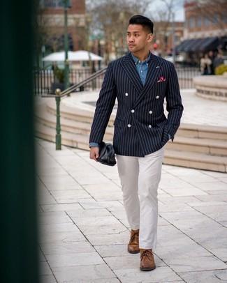 Come indossare e abbinare chukka in pelle marroni: Vestiti con un blazer doppiopetto a righe verticali blu scuro e chino bianchi per un drink dopo il lavoro. Non vuoi calcare troppo la mano con le scarpe? Mettiti un paio di chukka in pelle marroni per la giornata.