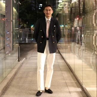 Trend da uomo 2020: Indossa un blazer doppiopetto nero con chino bianchi per un look da sfoggiare sul lavoro. Lascia uscire il Riccardo Scamarcio che è in te e opta per un paio di mocassini con nappine in pelle scamosciata neri per dare un tocco di classe al tuo look.