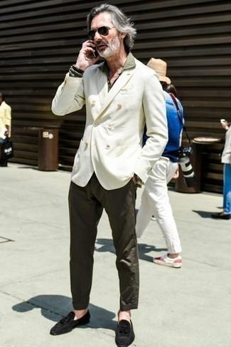 Come indossare e abbinare chino marrone scuro: Potresti abbinare un blazer doppiopetto bianco con chino marrone scuro se preferisci uno stile ordinato e alla moda. Un paio di mocassini con nappine in pelle scamosciata neri darà un tocco di forza e virilità a ogni completo.