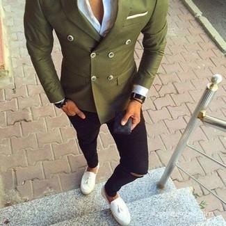 Come indossare e abbinare jeans aderenti strappati neri: Per un outfit quotidiano pieno di carattere e personalità, potresti indossare un blazer doppiopetto verde oliva e jeans aderenti strappati neri. Sfodera il gusto per le calzature di lusso e calza un paio di mocassini con nappine in pelle bianchi.