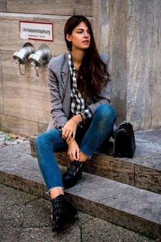 a7db66b09515 Come indossare: blazer doppiopetto grigio, camicia elegante a quadretti  bianca e nera, jeans