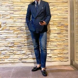 Come indossare e abbinare: blazer doppiopetto blu scuro, camicia elegante bianca, jeans blu scuro, mocassini con nappine in pelle neri