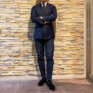 Come indossare e abbinare: blazer doppiopetto blu scuro, camicia elegante bianca, jeans blu scuro, mocassini eleganti in pelle scamosciata neri