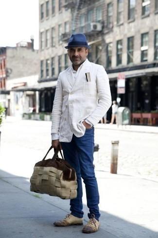 Come indossare e abbinare jeans blu: Indossa un blazer doppiopetto bianco e jeans blu, perfetto per il lavoro. Lascia uscire il Riccardo Scamarcio che è in te e mettiti un paio di scarpe oxford in pelle beige per dare un tocco di classe al tuo look.