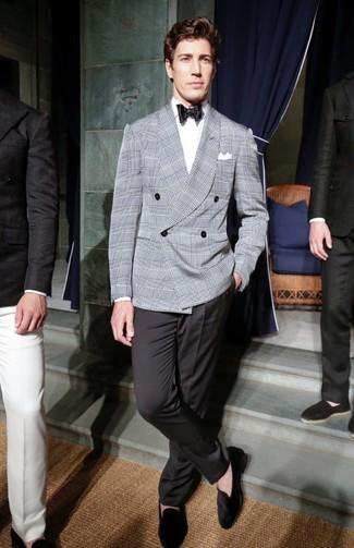 Come indossare e abbinare: blazer doppiopetto scozzese grigio, camicia elegante bianca, pantaloni eleganti neri, mocassini eleganti in pelle scamosciata neri