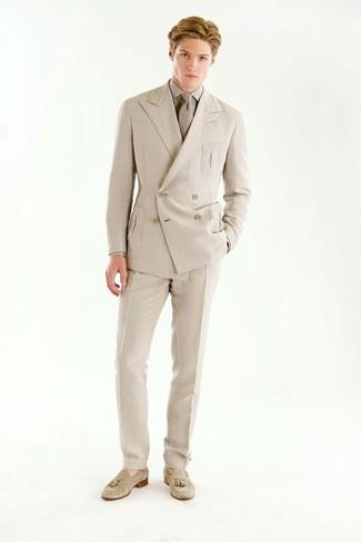 Come indossare e abbinare: blazer doppiopetto beige, camicia elegante beige, pantaloni eleganti beige, mocassini con nappine in pelle scamosciata beige