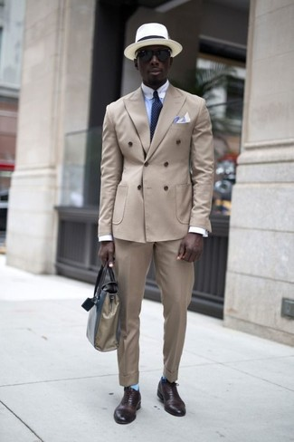 Come indossare e abbinare: blazer doppiopetto beige, camicia elegante azzurra, pantaloni eleganti beige, scarpe oxford in pelle marrone scuro