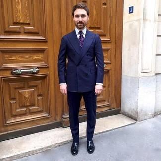 Come indossare e abbinare: blazer doppiopetto a righe verticali blu scuro, camicia elegante bianca, pantaloni eleganti a righe verticali blu scuro, mocassini con nappine in pelle neri