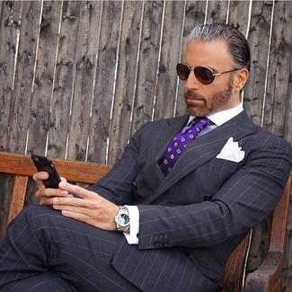 Come indossare e abbinare: blazer doppiopetto a righe verticali nero, camicia elegante bianca, pantaloni eleganti a righe verticali neri, cravatta stampata viola