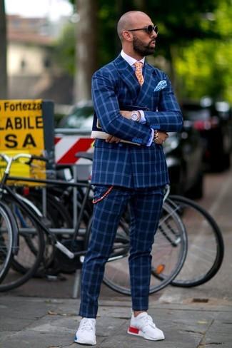 Come indossare e abbinare: blazer doppiopetto a quadri blu, camicia elegante blu, pantaloni eleganti a quadri blu, scarpe sportive bianche