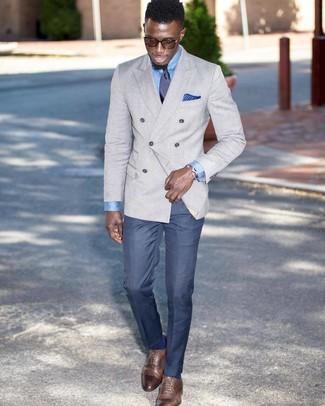 Come indossare e abbinare pantaloni eleganti blu: Opta per un blazer doppiopetto grigio e pantaloni eleganti blu come un vero gentiluomo. Per distinguerti dagli altri, mettiti un paio di scarpe oxford in pelle marroni.