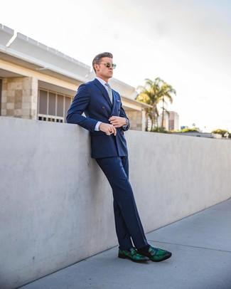 Look alla moda per uomo: Blazer doppiopetto blu, Camicia elegante viola chiaro, Pantaloni eleganti blu, Mocassini eleganti in pelle verde scuro