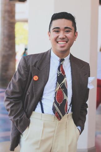 Come indossare e abbinare un blazer a righe verticali marrone: Potresti indossare un blazer a righe verticali marrone e pantaloni eleganti di lana beige per un look elegante e di classe.