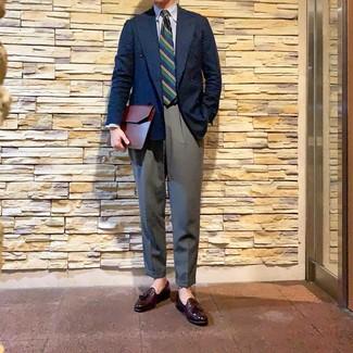 Come indossare e abbinare: blazer doppiopetto blu scuro, camicia elegante a righe verticali bianca e blu, pantaloni eleganti grigi, mocassini con nappine in pelle bordeaux