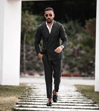 Come indossare e abbinare: blazer doppiopetto nero, camicia elegante bianca, pantaloni eleganti neri, scarpe double monk in pelle nere
