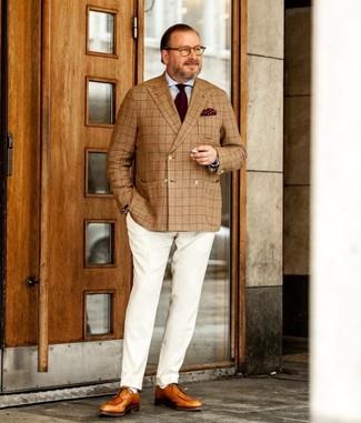 Come indossare e abbinare: blazer doppiopetto scozzese marrone chiaro, camicia elegante azzurra, pantaloni eleganti bianchi, scarpe derby in pelle marrone chiaro