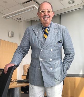 Come indossare e abbinare: blazer doppiopetto grigio, camicia elegante scozzese blu scuro, pantaloni eleganti bianchi, cravatta a righe verticali blu scuro