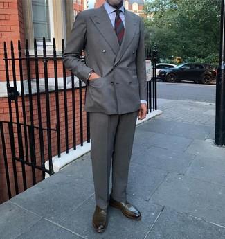 Come indossare e abbinare: blazer doppiopetto grigio, camicia elegante azzurra, pantaloni eleganti grigi, scarpe derby in pelle verde oliva