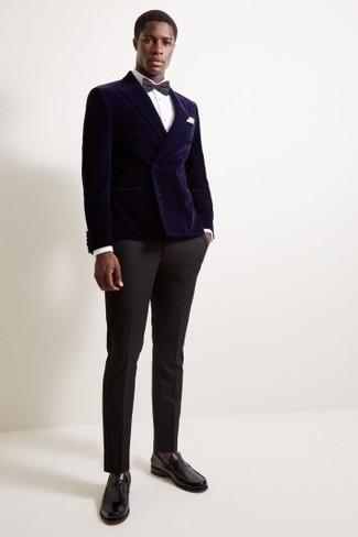 Come indossare e abbinare: blazer doppiopetto di velluto blu scuro, camicia elegante bianca, pantaloni eleganti neri, mocassini eleganti in pelle neri