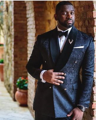Come indossare e abbinare: blazer doppiopetto in broccato nero, camicia elegante bianca, pantaloni eleganti neri, papillon nero