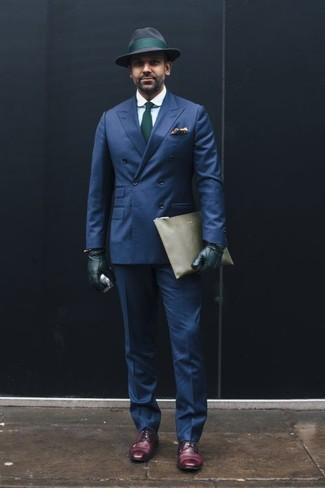 Come indossare e abbinare un blazer doppiopetto blu scuro: Indossa un blazer doppiopetto blu scuro e pantaloni eleganti blu scuro per un look elegante e di classe. Prova con un paio di scarpe derby in pelle melanzana scuro per avere un aspetto più rilassato.