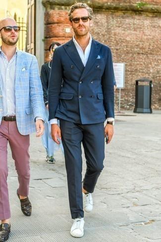 Come indossare e abbinare un blazer doppiopetto blu scuro: Scegli un outfit composto da un blazer doppiopetto blu scuro e pantaloni eleganti blu scuro per un look elegante e di classe. Per distinguerti dagli altri, scegli un paio di sneakers basse in pelle bianche come calzature.