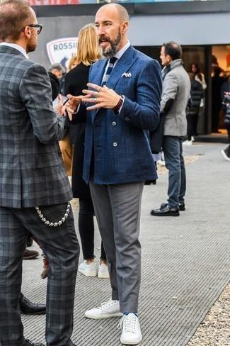 Look alla moda per uomo: Blazer doppiopetto blu scuro, Camicia elegante bianca, Pantaloni eleganti grigi, Sneakers basse in pelle bianche