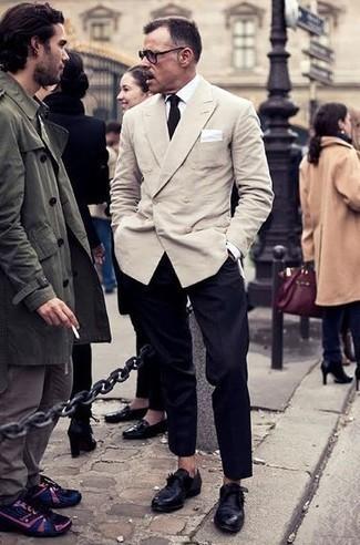 Come indossare e abbinare scarpe monk in pelle nere: Potresti combinare un blazer doppiopetto beige con pantaloni eleganti neri per un look elegante e alla moda. Scegli un paio di scarpe monk in pelle nere come calzature per un tocco più rilassato.