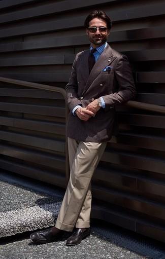 Moda uomo anni 40: Scegli un blazer doppiopetto marrone scuro e pantaloni eleganti beige per una silhouette classica e raffinata Mettiti un paio di mocassini eleganti in pelle neri per un tocco più rilassato.